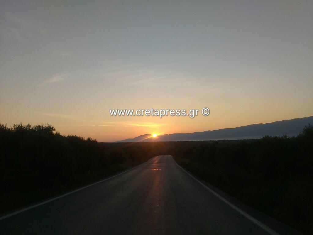 Την ώρα που πορίζει ο ήλιος από τσι κεραίες στον Αχεντριά