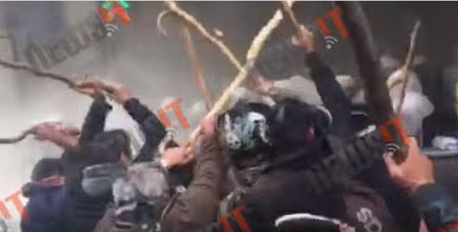 Δείτε Live τα κατσουνίδια από τσι Κρητικούς Αγρότες στα ΜΑΤ στην Αθήνα