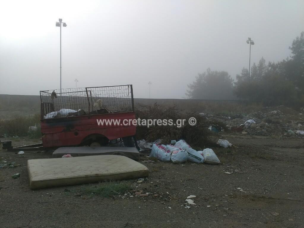 Σκουπίδια και μαύρο χάλι δίπλα στο Γήπεδο Ασημιού…
