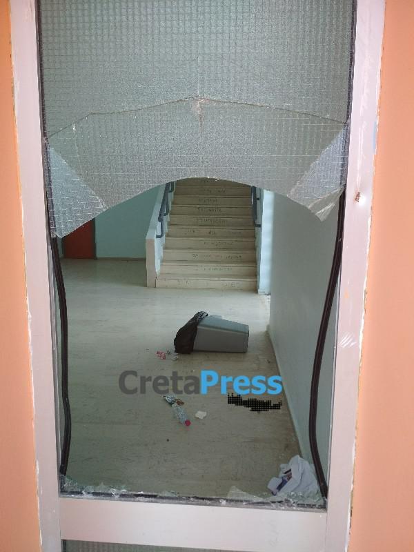 Άγνωστοι έσπασαν τζάμι εξόπορτας στο Γυμνάσιο Ασημίου