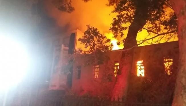Καίγεται το Πολεμικό Μουσείο στα Χανιά