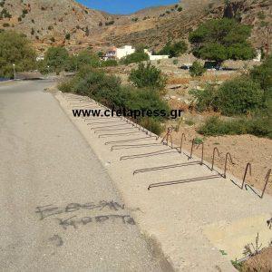 Επικίνδυνα σίδερα στην Γέφυρα στον Τσούτσουρο (φωτογραφίες)