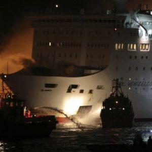 """Φωτιά στο πλοίο """"Ελευθέριος Βενιζέλος"""": Ολοκληρώθηκε η αποβίβαση των 875 επιβατών"""