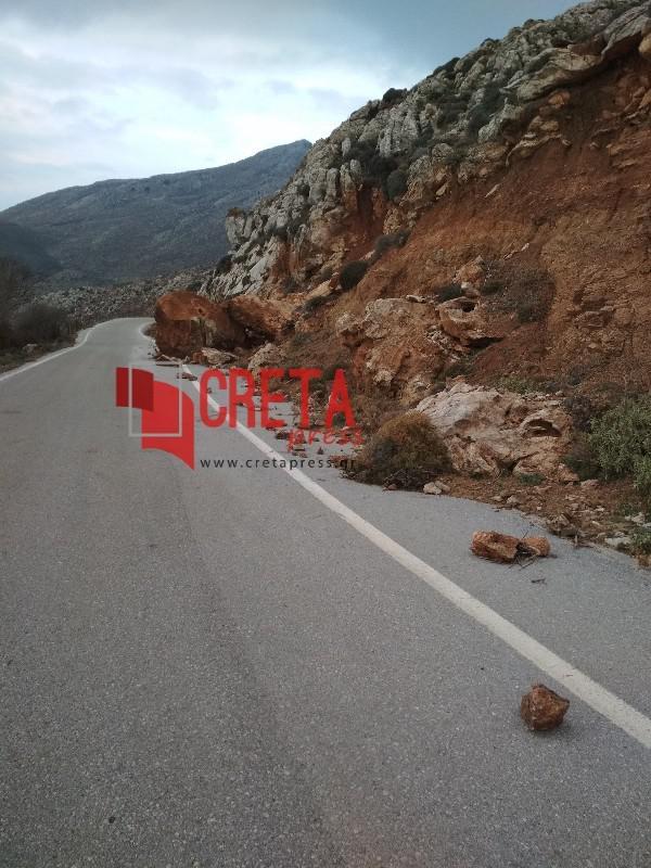 Βράχος ανάμεσα σε Εθιά και Αχεντριά κλείνει το μισό δρόμο..