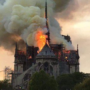 Στις φλόγες ο καθεδρικός Ναός της Παναγίας των Παρισίων