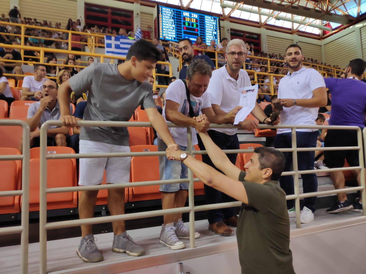 Με χαμόγελα και καλωσορίσματα υποδέχτηκαν τον Υφυπουργό Αθλητισμού στις περιγραφές των αγώνων του ΟΦΗ