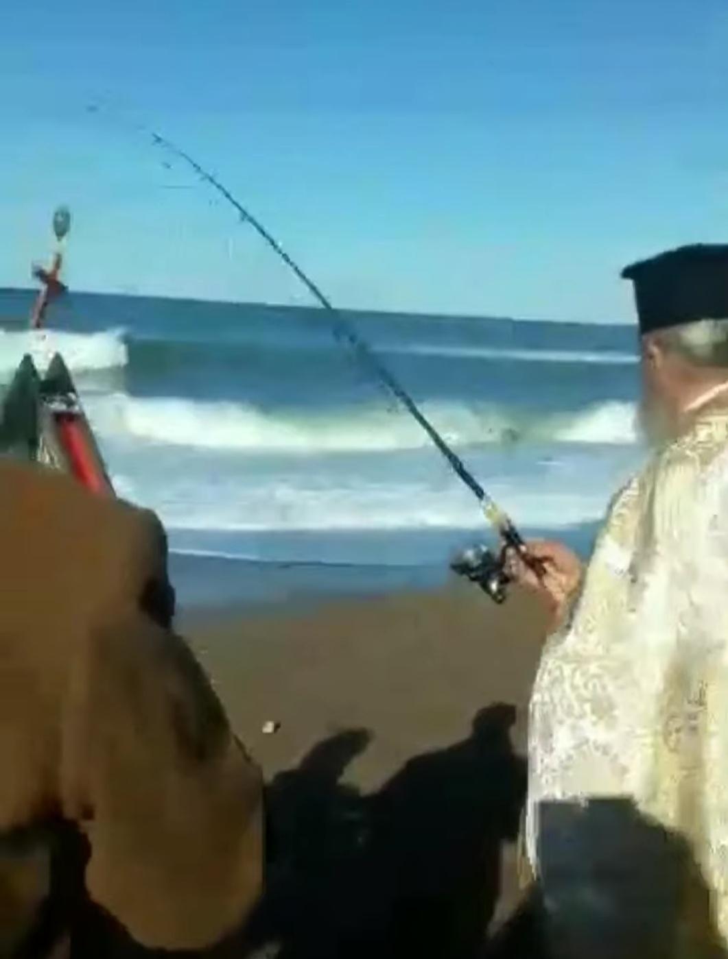 Μεσσηνία: πέταξαν το σταυρό στη θάλασσα με καλάμι ψαρέματος