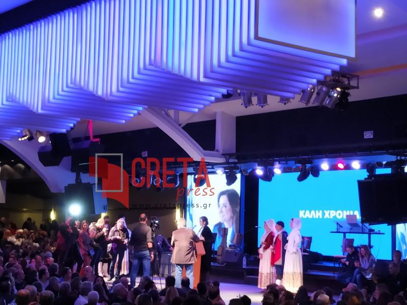 Χανιά: Πλήθος κόσμου στην κοπή της πίτας της Ντόρας Μπακογιάννη