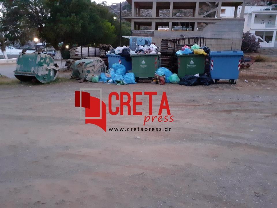 Αναποδογυρισμένοι κάδοι με σκουπίδια έξω από αυτούς στον πέρα Τσούτσουρο