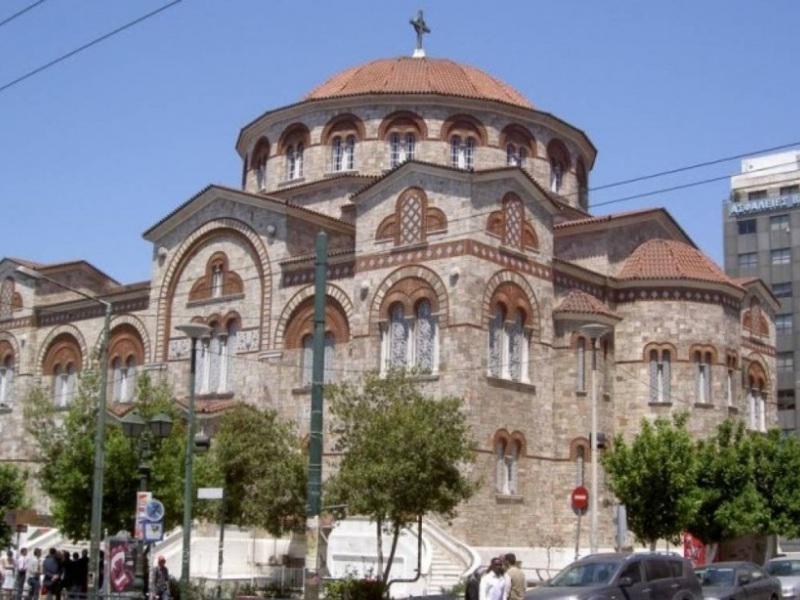 """Πανό στη Μητρόπολη Πειραιά """"ζητά"""" Lockdown στην εκκλησία"""