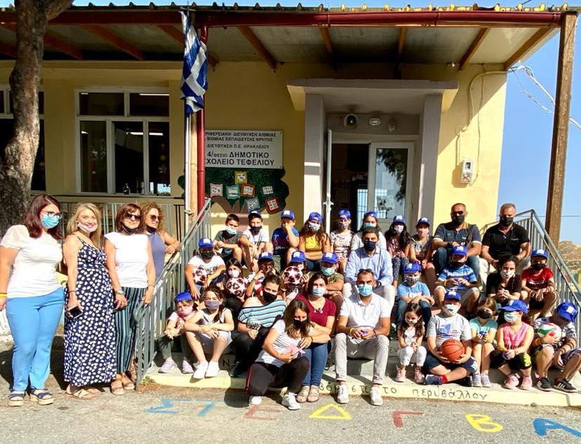Στο Δημοτικό Σχολείο στο Τεφέλι μοίρασε αθλητικό υλικό ο Λευτέρης Αυγενάκης